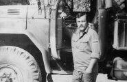 Jüri Reinmanni käsutuses oli veoauto, millega meestele sööki laiali vedada. Seda tegi ta sinimustvalge lipp uhkelt käisel.