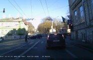 ВИДЕО: В центре Таллинна водитель BMW совершает опасные маневры