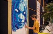 Peale ükssarviku saab SprayPrinteriga seinale manada iga sellise pildi, mida hing ihaldab. Praegusel juhul on tegu kunstnik Uku Pira endise elukaaslase fotoga.