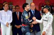 Daniel Ricciardo õnnitleb võitjat Lewis Hamiltoni.
