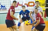Rait Rikberg (sinises) ja Keith Pupart (valges) peavad Läti pallurid üle mängima.