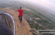 HIRMUS VIDEO: Rumeenia trikimees sõidab monorattaga 250-meetrise korstna otsas