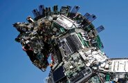 """Tuhandetest pahavaraga nakatunud arvutite ja nutitelefonide tükkidest tehti """"Küberhobune"""". Kuju oli möödunud nädalal Cyberweeki konverentsi ajal imetlemiseks väljas Tel Avivi ülikooli sissekäigu juures."""