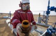 Kasahstani Kõzõlorda naftapuurtorni töötaja näitab potsikut musta kullaga, mis parajasti kuigivõrd hinnas ei ole.