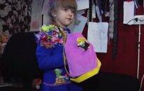 VIDEO: Moeloojad, hoidke alt! 6-aastane Eesti tüdruk disainib ja õmbleb ise riideid