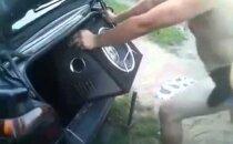 Humoorikas VIDEO: Kui ei mahu, siis ikka mahub! Vaata, kuidas venelastel on tavaks autosse bassikõlar panna