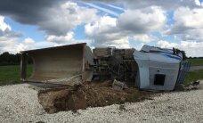 ФОТО: В Йыгевамаа грузовик опрокинулся на бок, водителя доставили в больницу