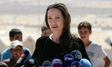 ГАЛЕРЕЯ: Анджелина Джоли пришла к детям-беженцам без нижнего белья