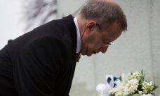 DELFI FOTOD ja VIDEO: president Ilves asetas küüditatute mälestuseks Võidusamba jalamile pärja
