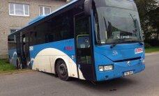 LUGEJA FOTOD: Loksalt leiti kraavi sõitnud tühi buss, käik sees, uksed lukus