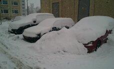 FOTO: Lasnamäe kortermaja elanike autod hoovis lumelõksus