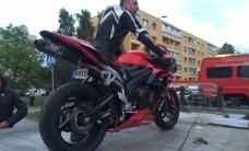 ФОТО: На улице Викерлазе столкнулись мотоцикл и легковушка