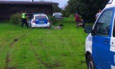 ФОТО: В Ида-Вирумаа полицейская машина врезалась в колодец на частном участке
