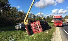 ФОТО: В Ляэне-Вирумаа грузовик свалился в кювет, пострадала женщина