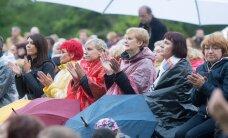 FOTOD: Rahvas trotsis vapralt vihma ja tuult, kui Koit Toome Vihula mõisas oma sõbra ja õpetaja Jaak Joala sünniaastapäeval ta laule esitas
