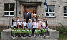 Президент Ильвес вручил азбуки первоклашкам гимназии в Вильяндимаа