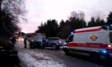 ФОТО и ВИДЕО: В Таллинне на Вабадузе пуйестеэ автомобиль снес уличный фонарь