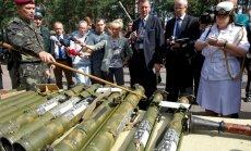 Ukraina sõjaväelane näitab Kiievis välisdiplomaatidele separatistidelt kätte saadud relvasid