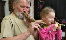Jüri Kasemets koos lapselaps Liisiga pille puhumas.
