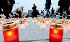 Küünlad märtsiküüditatute mälestuseks Tallinnas Vabaduse väljakul