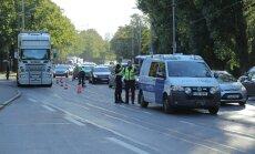 DELFI FOTOD: Tallinnas Musta Luige juures jäi jalakäija auto alla, liiklus häiritud