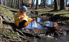 Gertrud Sofia testib kevadistel vetel, kas purjekas, mis koos kaksikvenna Gustavi ja sõbranna Helmiinega valmis meisterdati, ikka pinnal püsib.