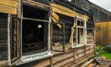 Juulis põles see maja. Elamiseks palju ei jäänud. Ka naabrite maja sai kuumakahjustusi.
