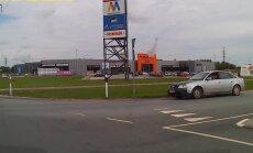 PARDAVIDEO: Roolis jäätist sööv Audi juht sõidab Rakveres ringteel lihtsalt julmalt ette