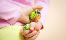 Laps näppab võõraid asju – kas ja millal peaksid muretsema?