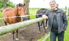 """""""Pajusi külaelu on mulle väga südamelähedane,""""teatab Lembit Paal, kes põllumajanduse kõrvaltpeab oma restaureeritud Loopre-Lepiku talus ka hobuseid, et võimaldada noortele talu maneežis ratsutamisõpet."""