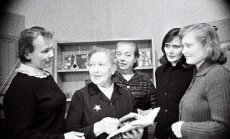 Nõukogude luuraja Richard Sorge lähima abilise Karl Rimmi abikaasa ja võitluskaaslane Ljubov Rimm (vasakult teine) Viljandi linna TSN täitevkomitee parteiorganisatsiooni liikmetega vestlemas.