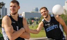 Indrek Kajupank (vasakul) ja Martin Paasoja mängivad rahvuskoondises korvpalli. Nende emad Merle Lindmets ja Ülle Paasoja mängisid käsipalli.
