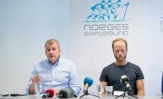 Martin Johnsrud Sundby (paremal) ja Norra suusaliidu president Erik Røste selgitavad, miks doping pole doping. Millegipärast pole märgata ühtki sponsorite logo.