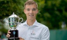 Kenneth Raisma ja Wimbledoni kuulus võidutrofee, mis jääb tema auhinnakappi alatiseks.