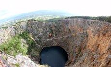 Видео для сильных духом: 240 метров по канату над Красным озером