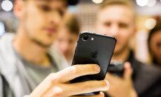 ФОТО: В честь начала продажи iPhone 7 в Эстонии его утопили в ведре с водой