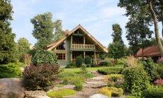 Talu ehivad uhked peenrad püsikute, ilupõõsaste, okaspuuvormide ja kividega.