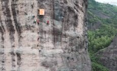 ВИДЕО: В Китае открыт магазин на отвесной скале