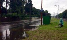 LUGEJA FOTO: Nõmmel seisis memmeke vihma käes, sest bussipeatuse ees puudub sadevetekanalisatsioon