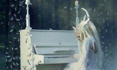 VIDEO: Maagilisem kui kunagi varem? Vaata, kuidas Kerli mängib hirveks riietatuna klaverit ja esitab oma uusimat pala