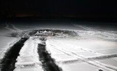 Auto vajus läbi jää