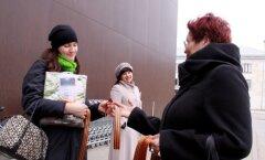 ФОТО: Союз неграждан Эстонии раздавал в Кохтла-Ярве георгиевские ленточки