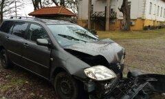 Viljandimaal Holstre külas sõitis Toyota vastu kivimaja