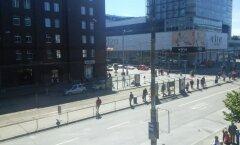 FOTO: Rahvas ootab peatuses trammi, mis saabub alles kolme nädala pärast