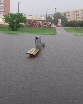 VIDEO JA FOTOD | Tallinna tümitas võimas vihmavaling, poeparklad muutusid järvedeks ja isegi laest kallas vett nagu pangest