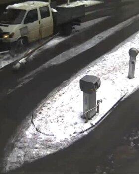 VIDEO: Tartus sõitis roolijoodik parkla tõkkepuu sodiks