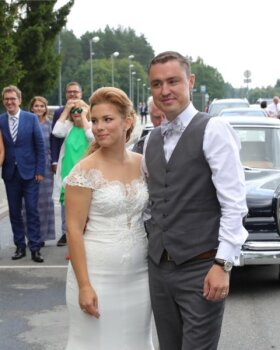 FOTOD JA VIDEO | Taavile ja Luisale tehti teel peomõisa viina ja lauluga pulmaväravad