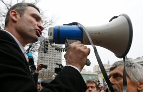 ВИДЕО: В Харькове на митинге в поддержку евроинтеграции Кличко забросали куриными яйцами