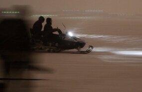 Мужчина на мотосанях провалился под лед озера