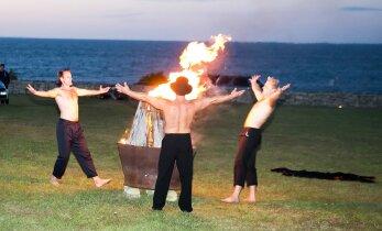 DELFI FOTOD: Müstiline saareöö: saarlased tantsisid ja trallisid muinastulede saatel varajaste hommikutundideni